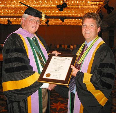Dr. Tom Jagor receives fellowship award